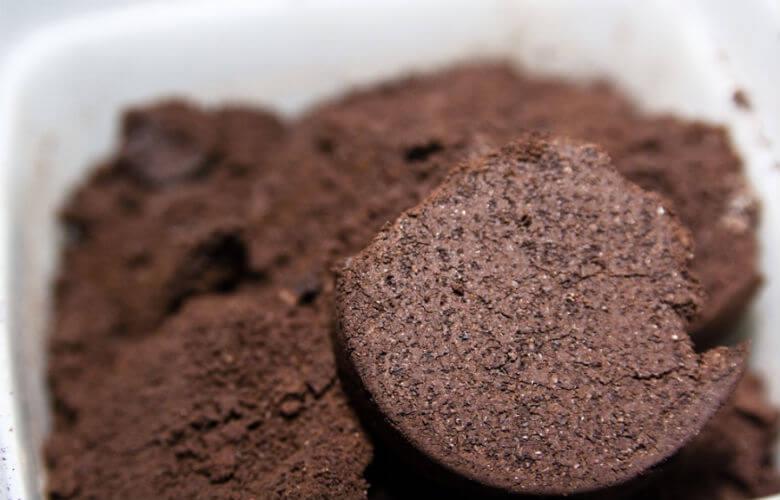 Koffiedik In Tuin : Gooi je koffiedik niet zomaar weg dit kun je ermee doen