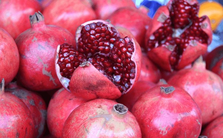 hoe een granaatappel eten
